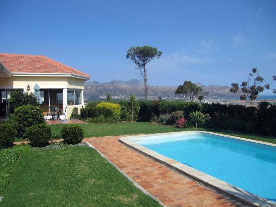 Somerset Sights B&B: Blick über den Pool auf die Hottentot Berge