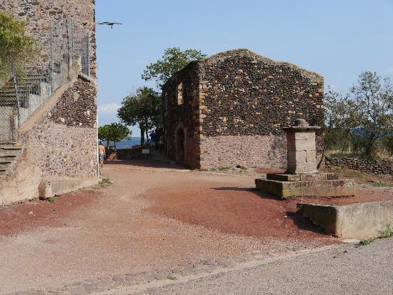 Clermont l'Herault, Frankreich: The ruined village now partly occupied