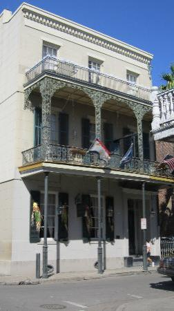 Lafitte Guest House: View of the mansion