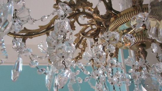 Lafitte Guest House: Chandelier in the guest room