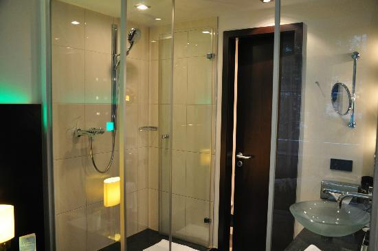 Fleming's Hotel Munich City: transparent glass between the bathroom and beds...