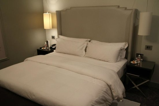 Queen Victoria Hotel: A very comfy bed.