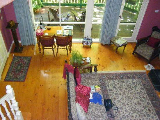 Cambridge Cottages : Lounge and Decking at Kookaburra Cottage