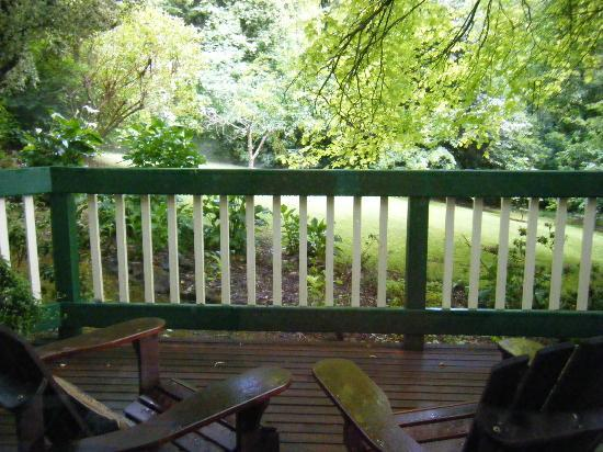 Cambridge Cottages : Decking & Garden at Kookaburra Cottage