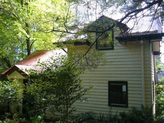 Cambridge Cottages: Side View of Kookaburra Cottage