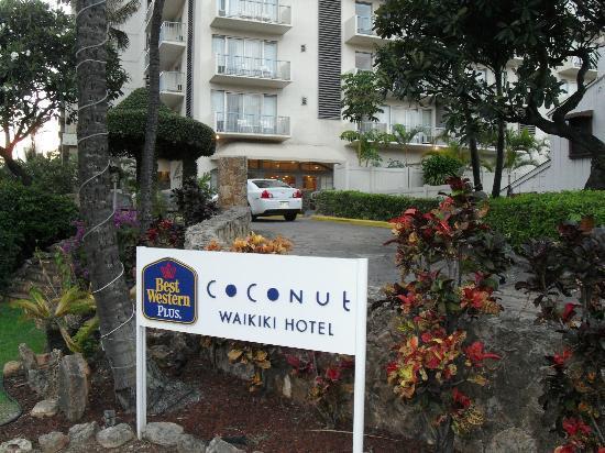 Coconut Waikiki Hotel: Hoteleinfahrt auf der Lewers St.
