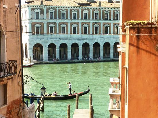 Lion Morosini Palace: View of the Grand Canal near Ponte Rialto