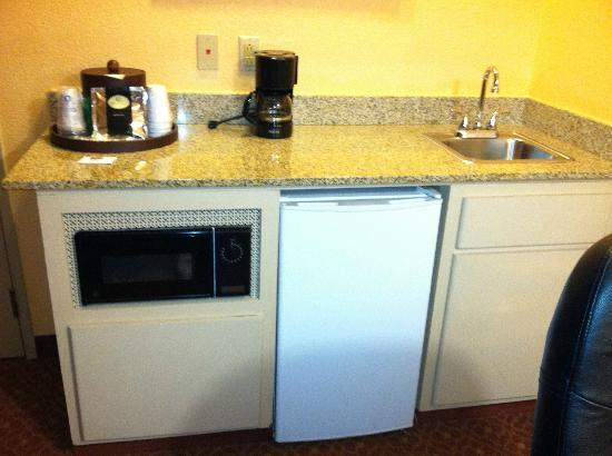 Best Western Plus Carlton Suites: kitchenette