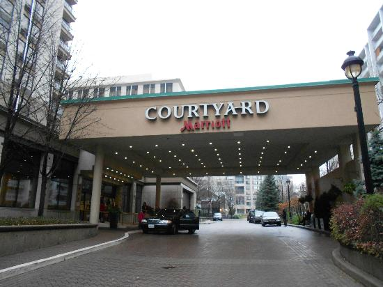 Courtyard by Marriott Toronto Downtown: ingresso auto/pedoni