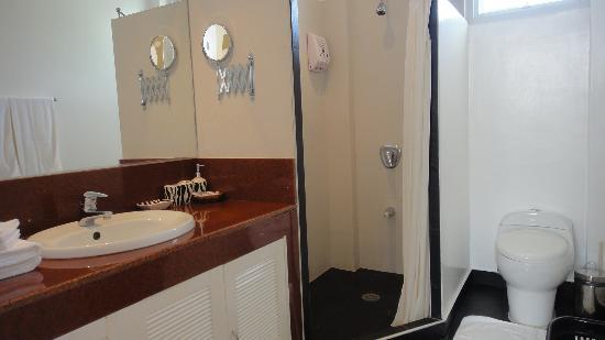 Argonauta Boracay: apartment suite bathroom