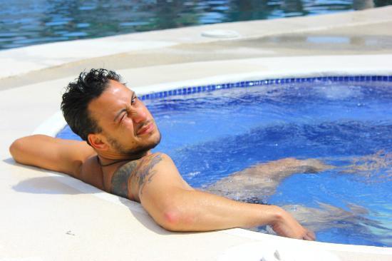 اجوا دولسي بيتش ريزورت: el jacuzzi al lado de la piscina 