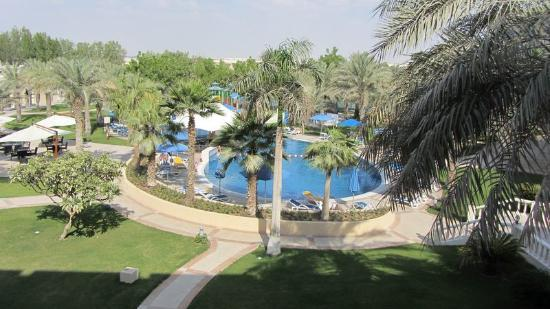 Mafraq Hotel Abu Dhabi: View of pool from 2nd floor room balcony