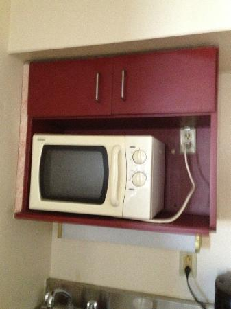 Mountain Vista Inn & Suites: old microwave that was dirty in presidential suite kitchenette