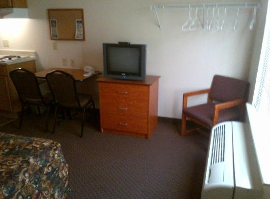 WoodSpring Suites Phoenix I-17 North: Regular (not flat screen) TV
