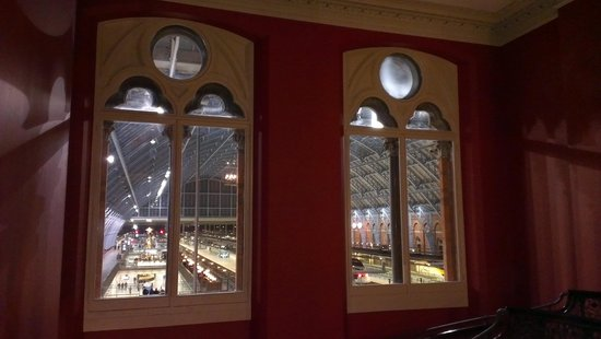 St. Pancras Renaissance London Hotel: Looking through window on Chambers Club staircase