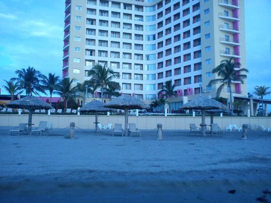 Camino Real Veracruz: Vista del hotel desde las palapas (se notan algunas toallas de algún huésped falto de cultura)
