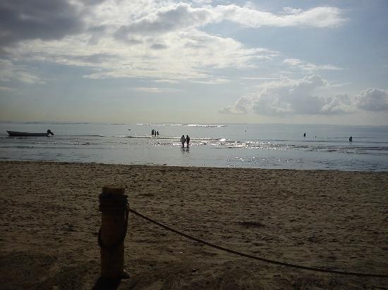 Camino Real Veracruz: Vista del mar recostado en un camastro desde el área de palapas, nótese el límite del área públi