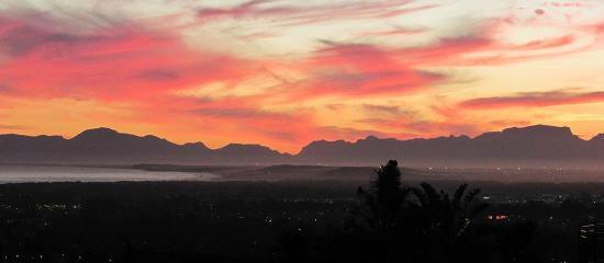 Somerset Sights B&B: Abendrot über dem Kap und dem Meer vom B&B aus gesehen