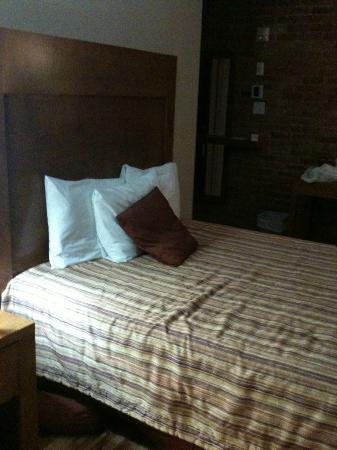 Hotel l'Abri du Voyageur: The bed