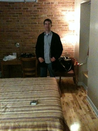 Hotel l'Abri du Voyageur: My man in the room...lol