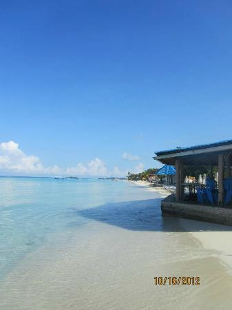 Negril Tree House Resort: beach bar/rest -- can't get any closer to the water!