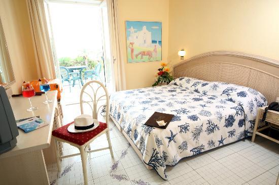 Hotel  Providence Terme & Spa: camera matrimoniale con vista sulla baia di citara