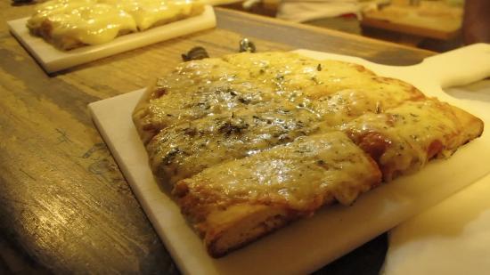 La Bodeguita : 4 quesos recién salida del horno!