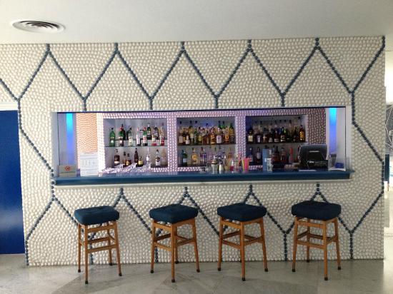 Hotel Parco dei Principi: Bar w/ Glazed Pebble Wall 