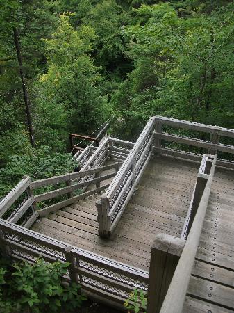 Parc Lineaire de la Riviere St-Charles: Escaliers, pont (sentier des rivières)
