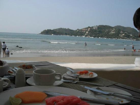 Aura del Mar Hotel: Breakfast view - beachside