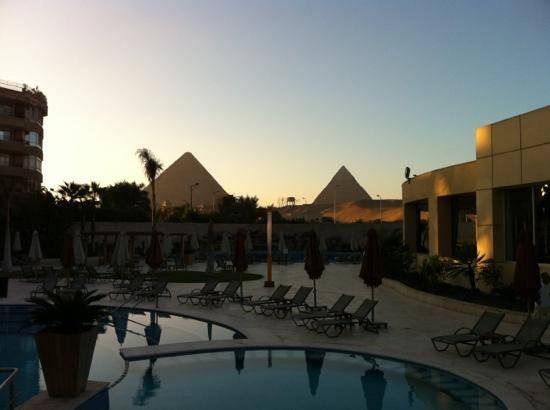Le Meridien Pyramids Hotel & Spa: pyramids seen from the pool at 6 am