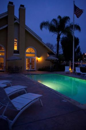 Chase Suite Hotel Brea: Outdoor Pool