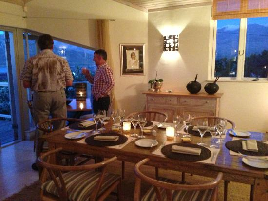 Wild Olive Guest Lodge: Pre dinner drinks overlooking the bay
