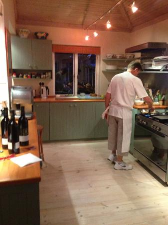 Wild Olive Guest Lodge: Peter (the chef) preparing supper in the kitchen
