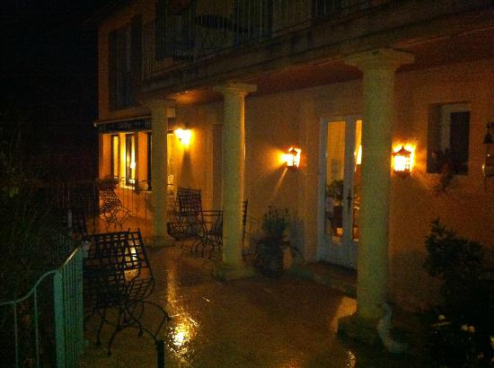 Hotel Cote Rivage : The hotel entrance at night