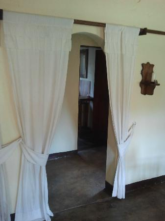 Arusha Safari Lodge: Entrance to bathroom