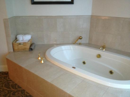 Grand Pequot Tower: Jacuzzi tub in Master suite