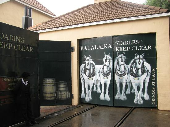 Protea Hotel Balalaika Sandton: Novel painting on garage doors