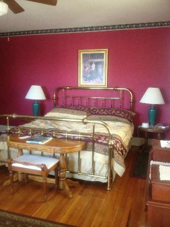 Cinnamon Ridge Bed and Breakfast: King size bedroom.