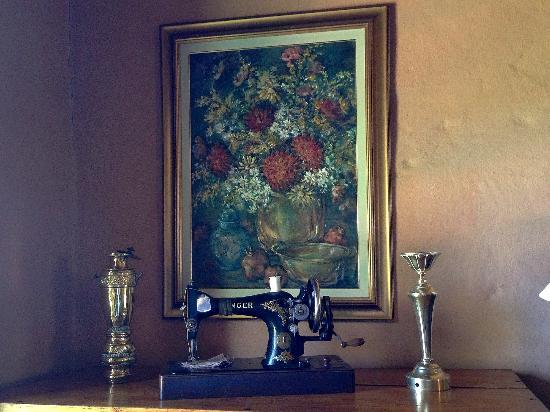 Rooderandt Hillside Lodge: Art adorned the walls