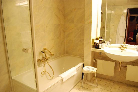 Maritim Hotel & Congress Centrum Bremen : Bathroom
