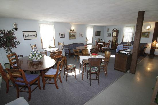 Die Heimat Country Inn: The dining room/common area welcomes guests.