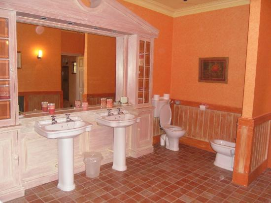 Buckingham Hotel : the spacious bathroom