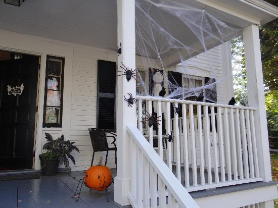 Old Parsonage Guest House: DEcoration for Halloween