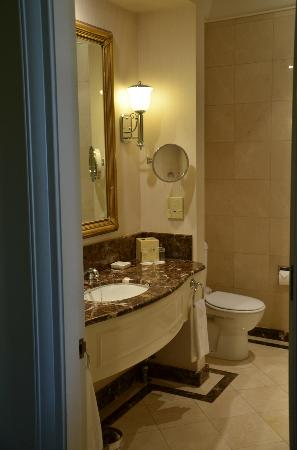 Treasury Hotel & Casino: beautiful bathroom