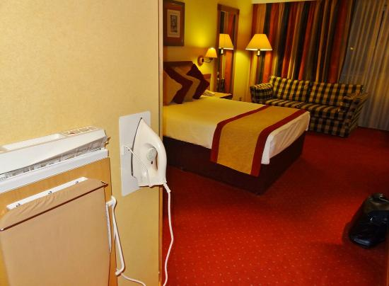 Clayton Hotel Manchester Airport: Bedroom and utility