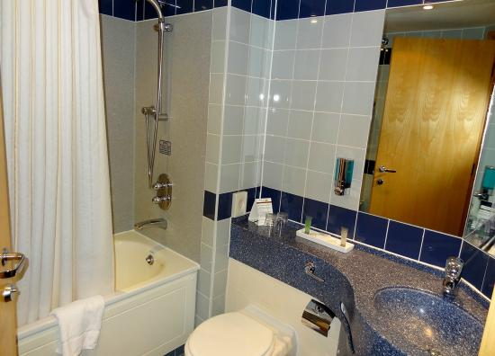 Clayton Hotel Manchester Airport: Bathroom / shower