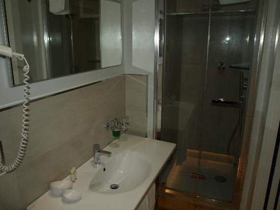 At Home Townhouse - Filiberto: Salle de bain avec douche