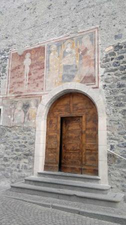 Chiesa di San Vitale: l'ingresso con gli affreschi sulla parete