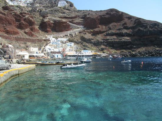 Art Maisons Luxury Santorini Hotels Aspaki & Oia Castle: Port at the bottom of the hill, beneath our hotel.